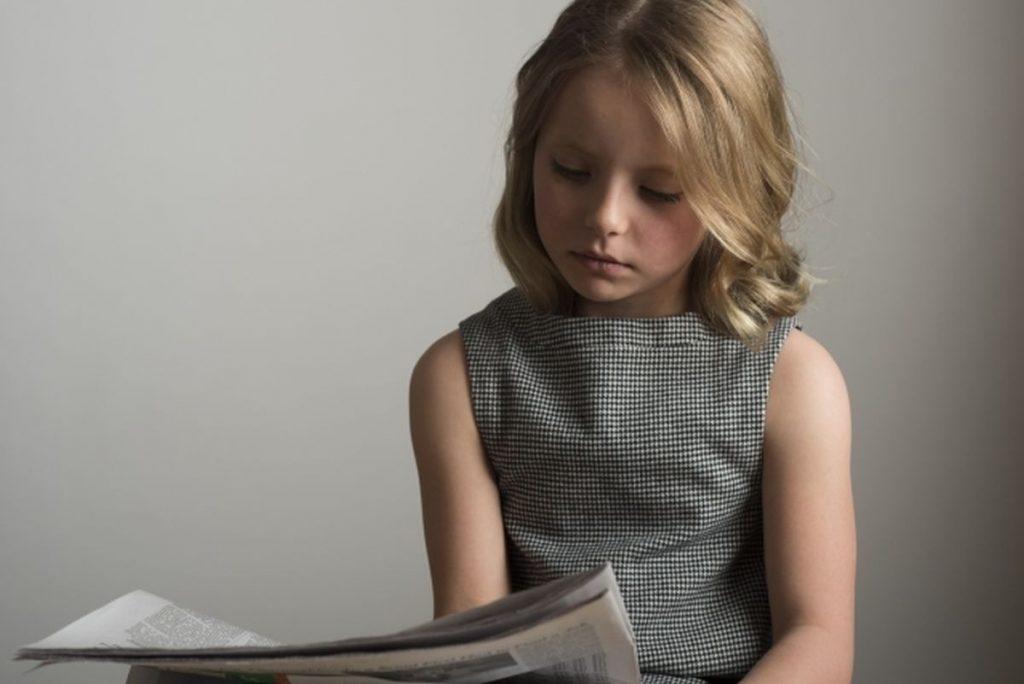 新聞を読む女の子