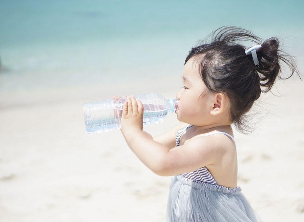 熱中症対策で水を飲む子ども