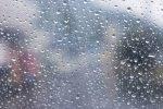 水滴がついた雨の日の窓ガラス