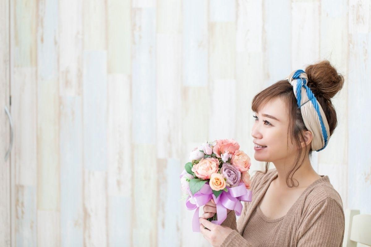 花を持ちリラックスした女性