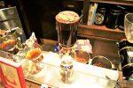 サイフォン式コーヒーメーカーでコーヒーを入れる様子