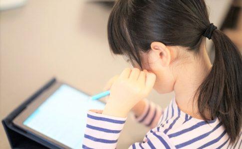 タブレットで勉強する女の子