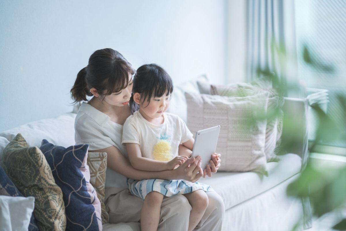 親子一緒にタブレットを用いたオンライン授業を受ける様子