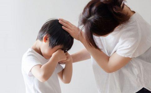 泣いている子どもを慰めるお母さん