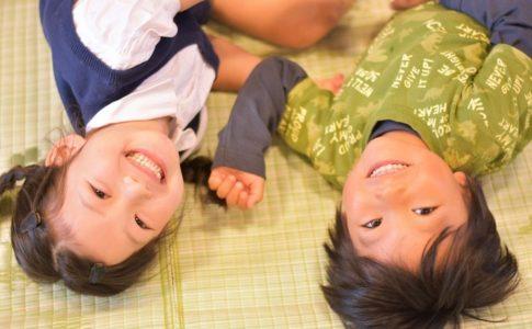 畳の上で寝転がって喜ぶ子ども達