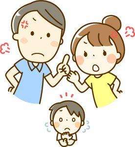 夫婦喧嘩の間で子供が困っているイメージ