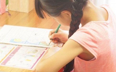 机で勉強中の子ども