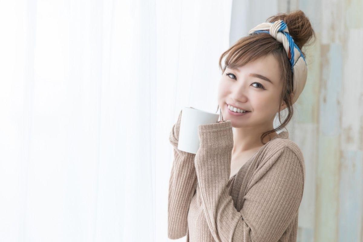 ホットミルクを飲んで温まる女性