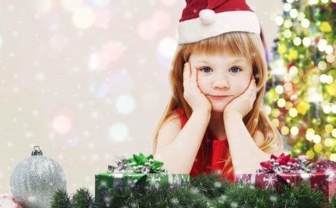 クリスマスにサンタの格好をする女の子