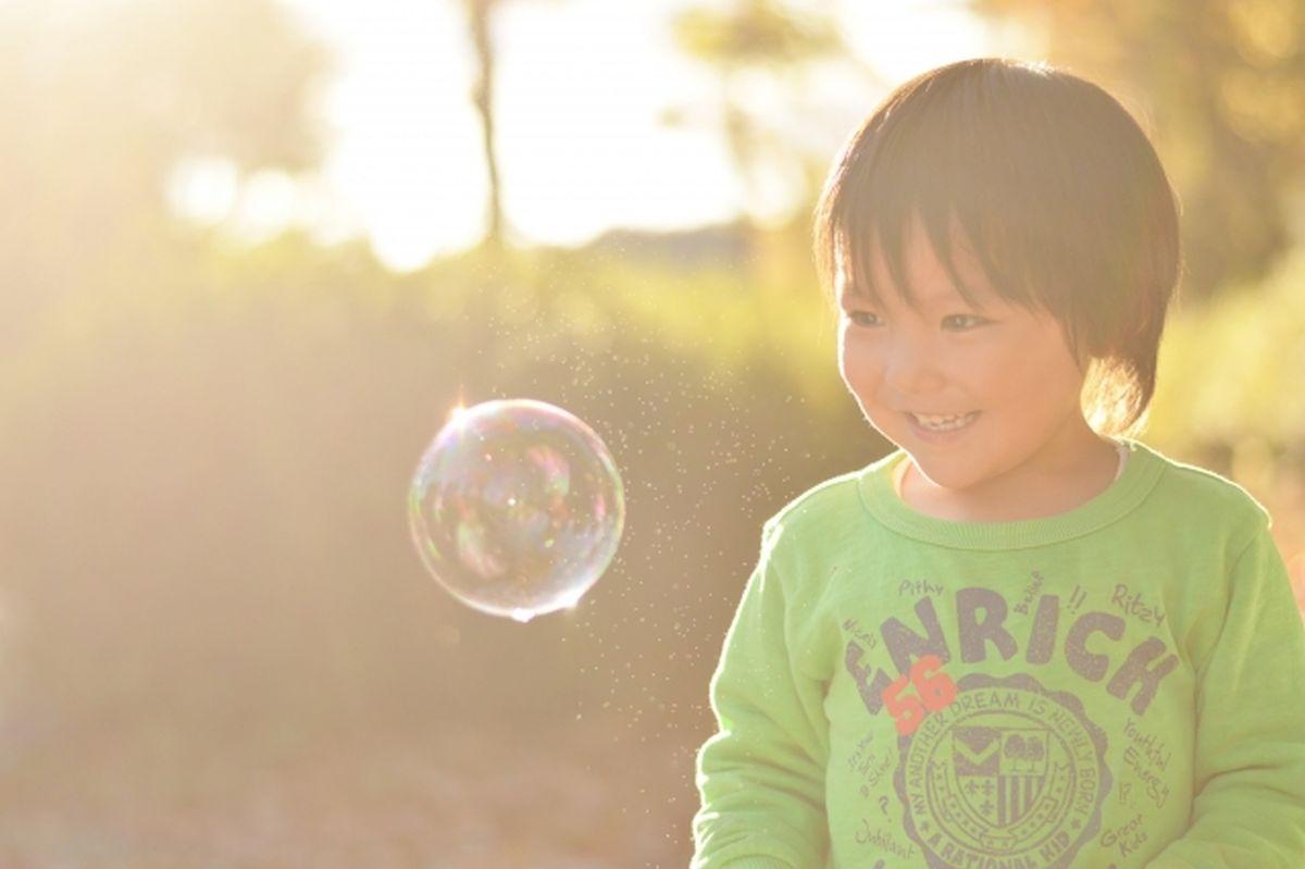 シャボン玉を見る笑顔の男の子