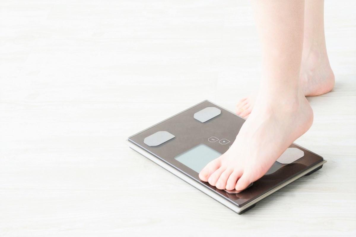 体重計に乗るダイエットイメージ