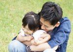 娘を抱きしめる父親