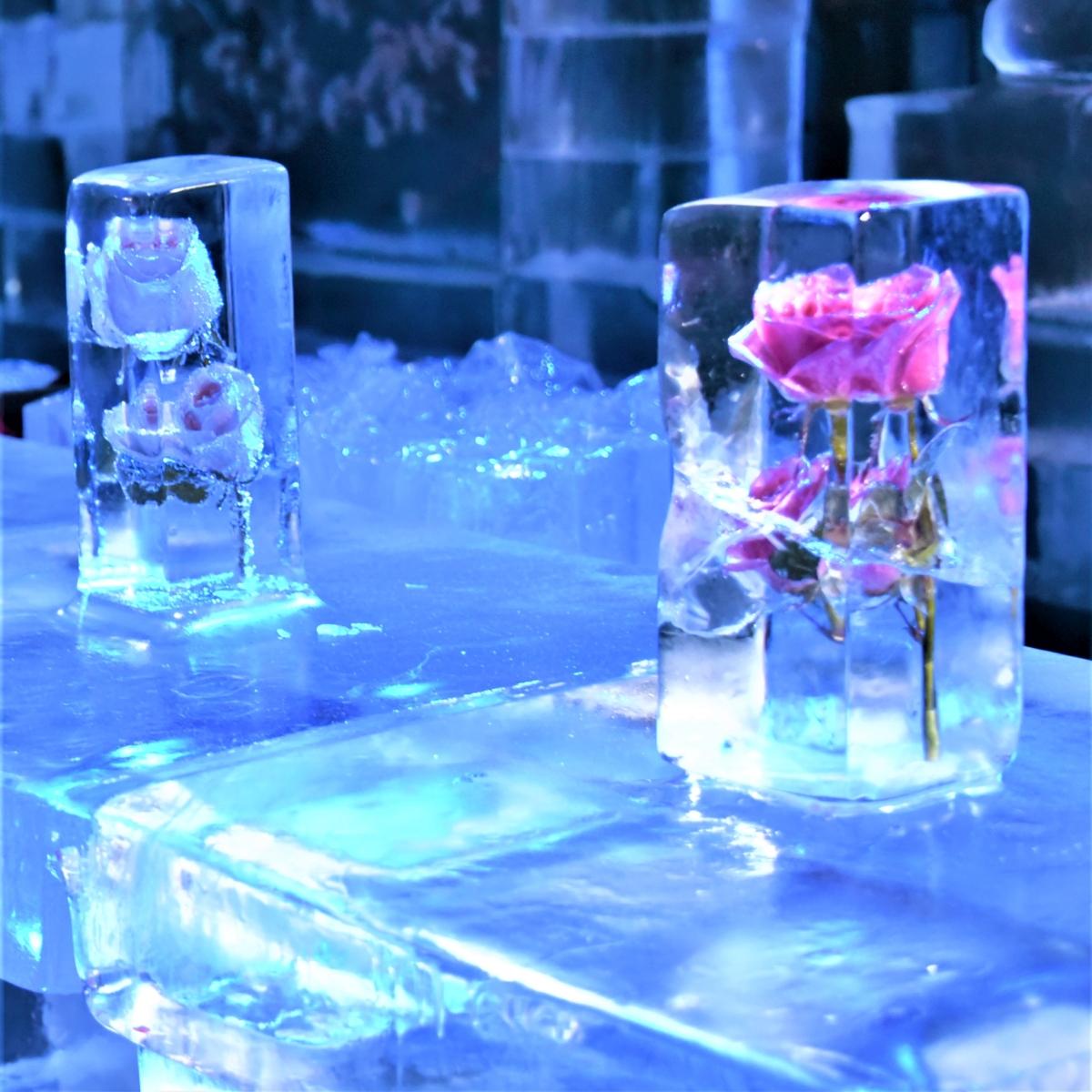 氷のテーブルと凍った花の置物