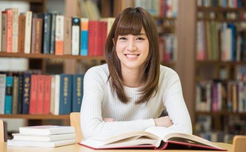 図書館で本を読んでいる女性