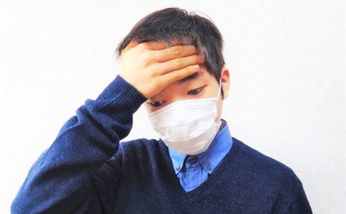 マスクをつける熱っぽい少年
