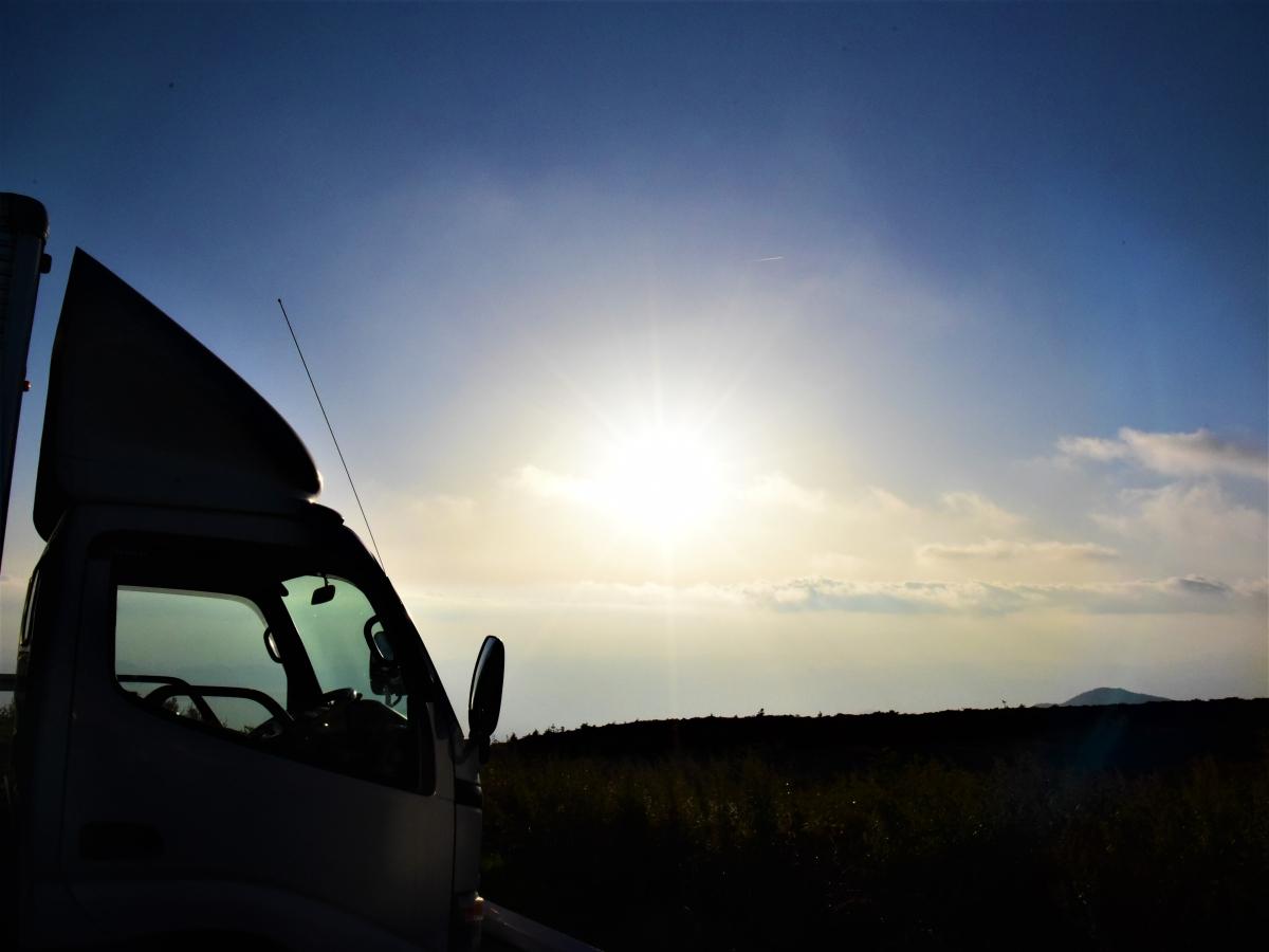 トラック越しの朝日