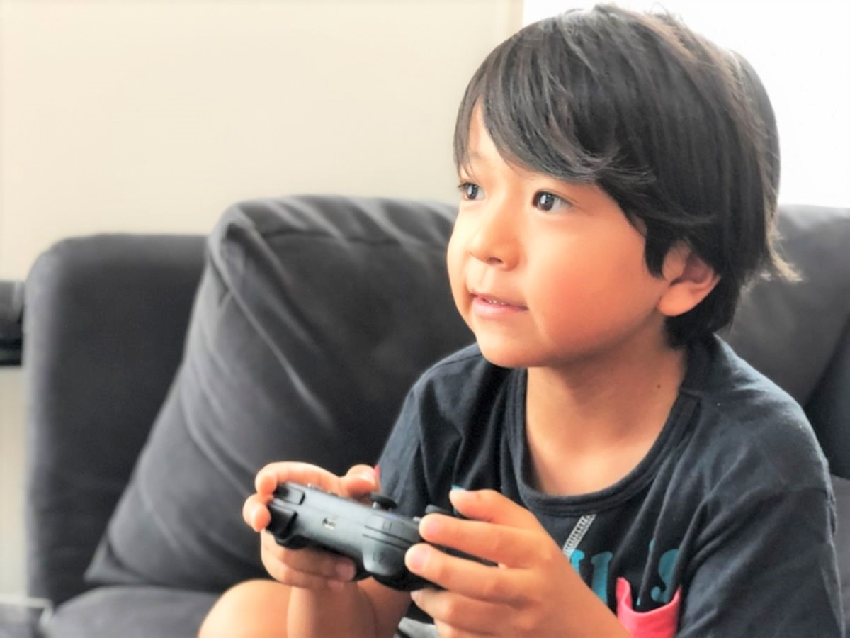 テレビゲームをやる男の子