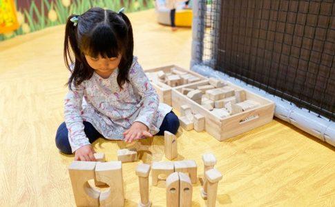 集中して積み木を並べる子ども