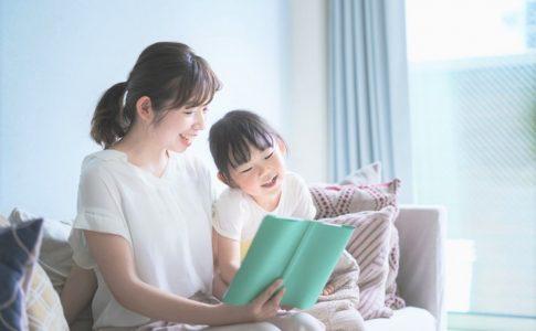 子どもに読み聞かせをする親