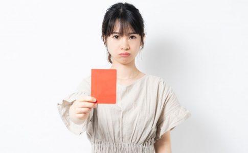 レッドカードを出す女性