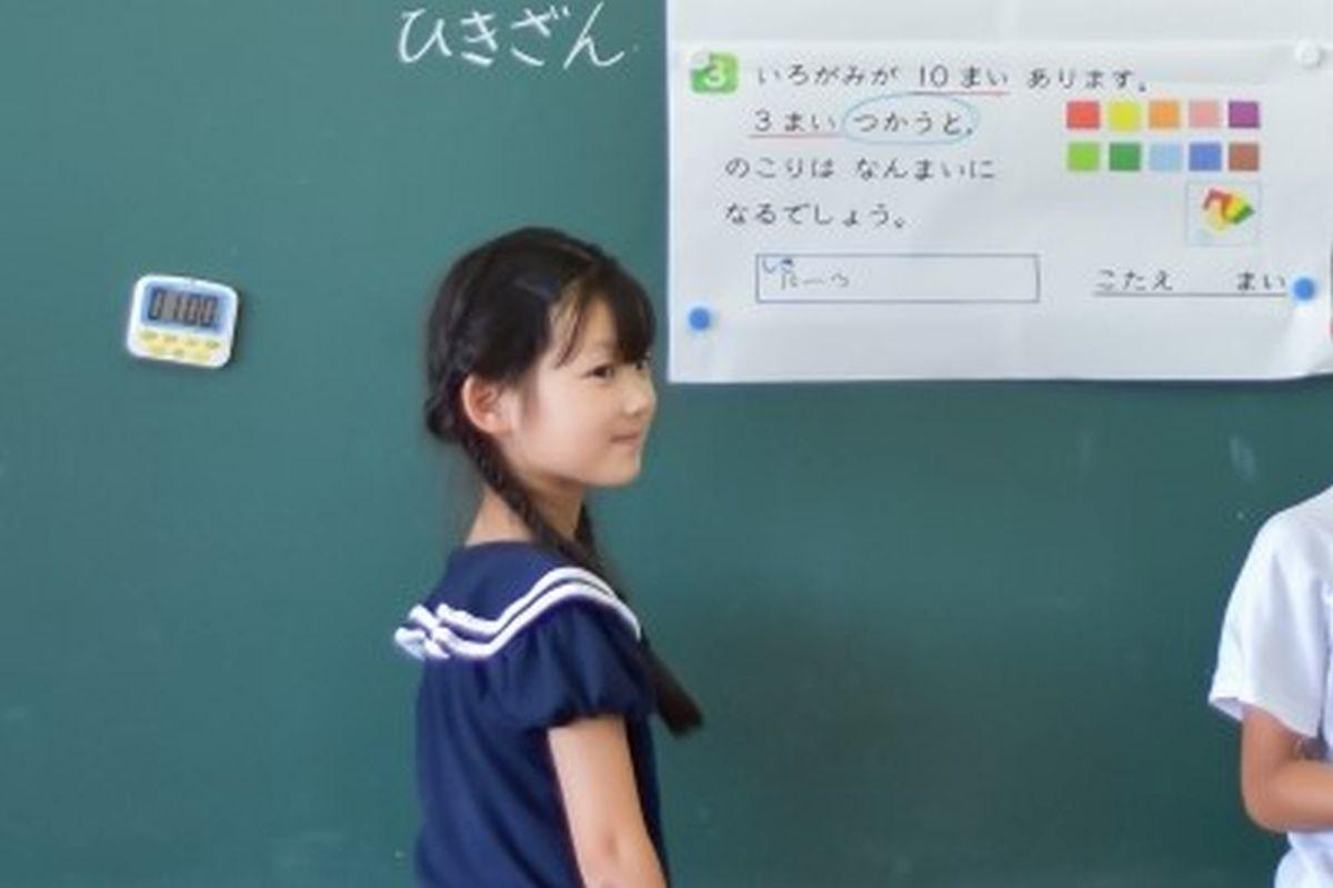 黒板で算数の解き方を説明する子ども