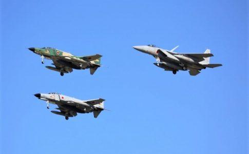 自衛隊の戦闘機3機による編隊飛行