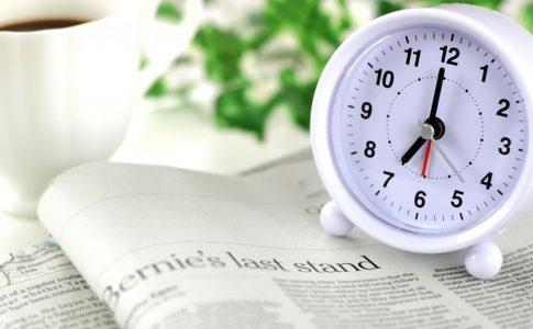 新聞と目覚まし時計
