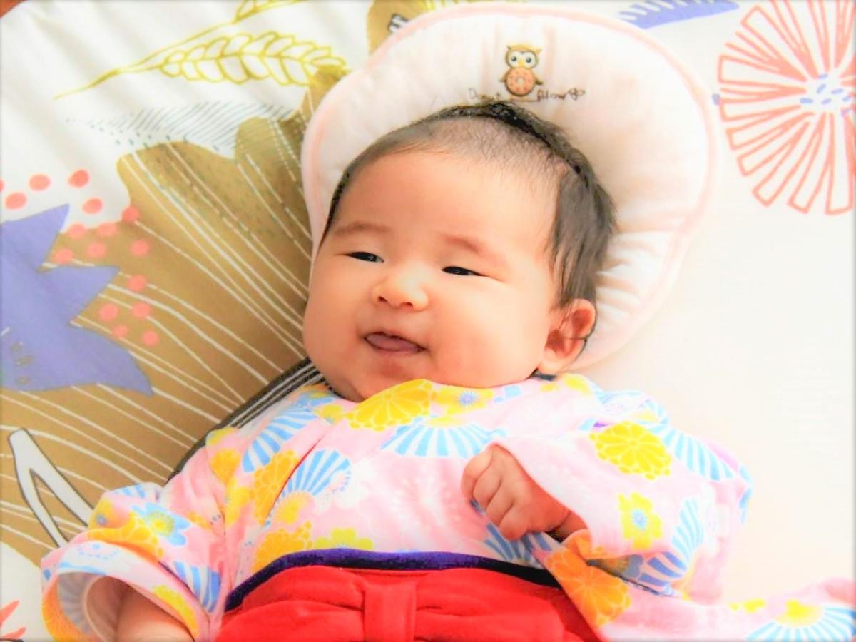 ひな祭りの赤ちゃんの笑顔