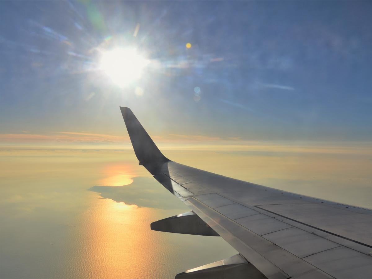 夕方の羽田空港着陸