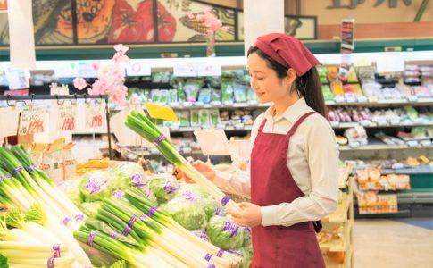 生鮮食品売り場を管理する店員