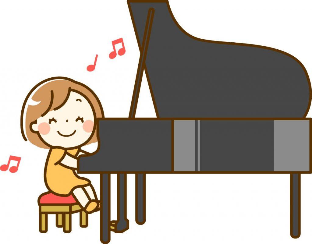 グランドピアノを弾く女の子