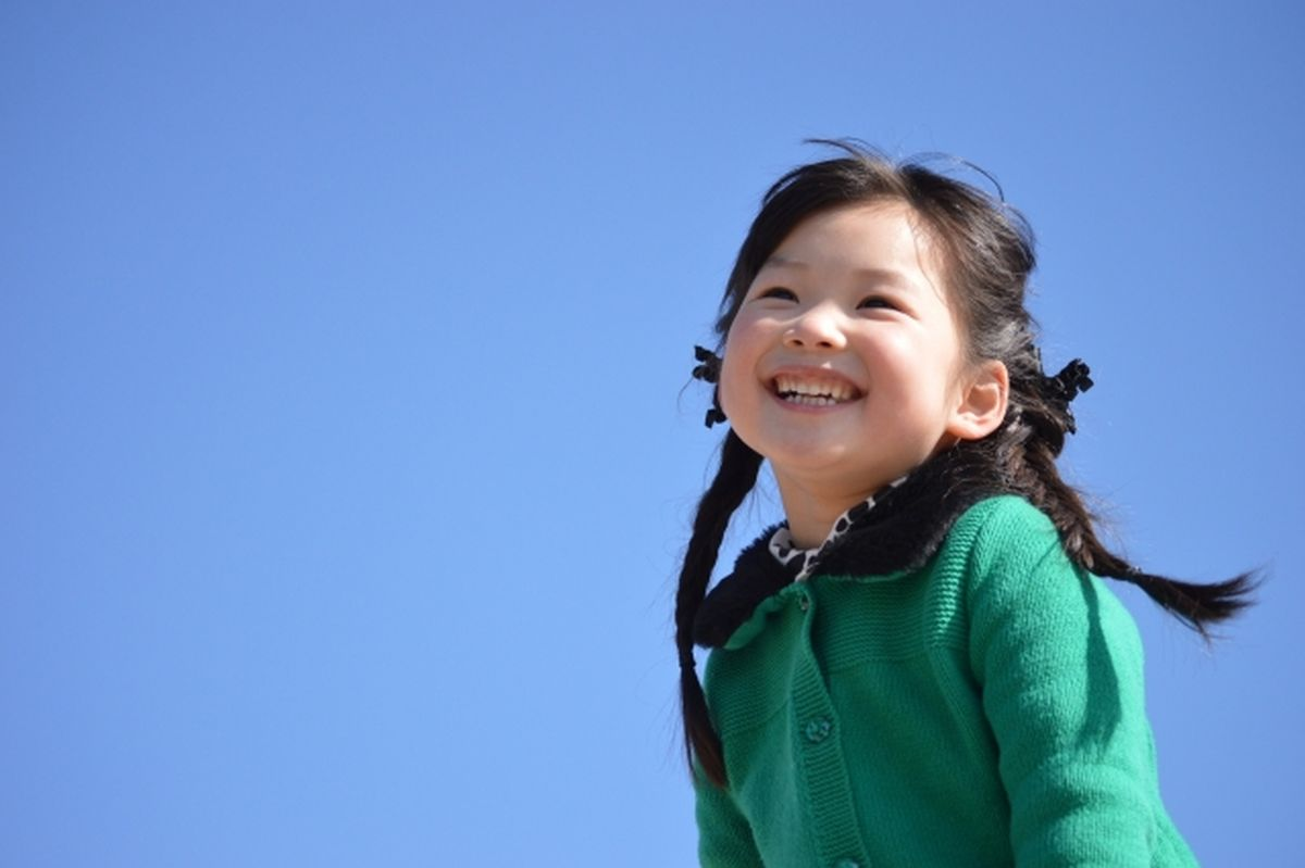青空を見上げる女の子