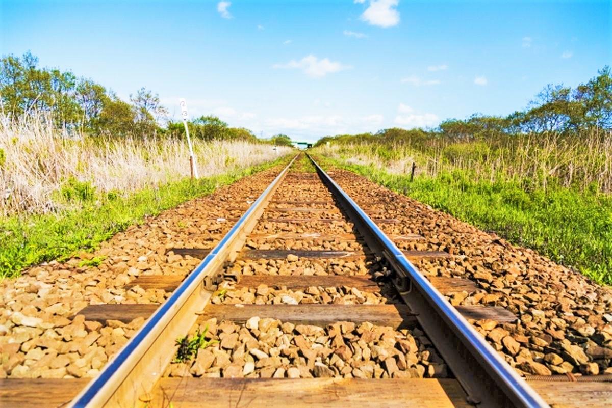 真っすぐ続く線路と青空