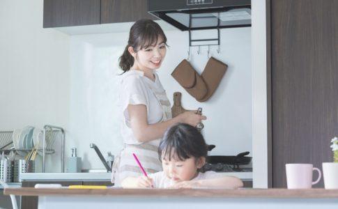 子供の勉強を見る母