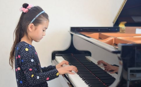 ピアノに夢中な女の子
