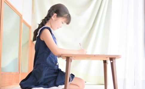 綺麗な姿勢で勉強する女の子
