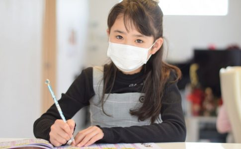 マスクをして勉強をする生徒