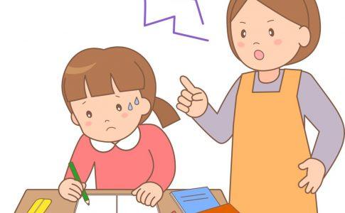 母親に怒られながら勉強する女の子