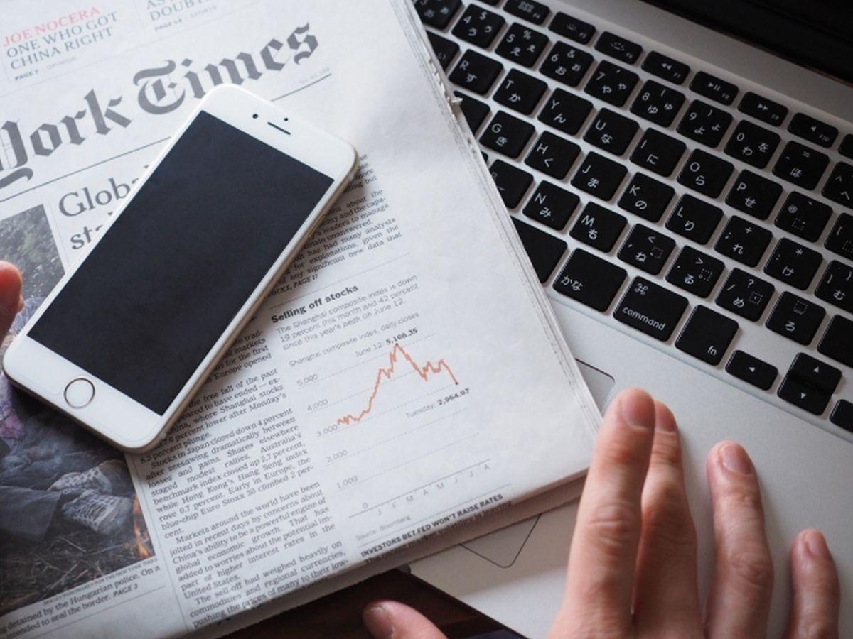 新聞とスマホから時事問題を学ぶイメージ