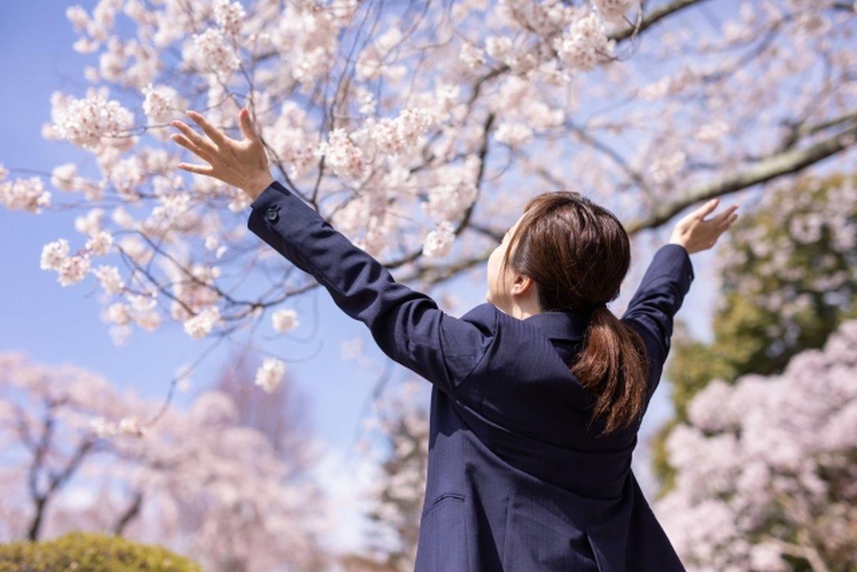 桜と女性の合格イメージ