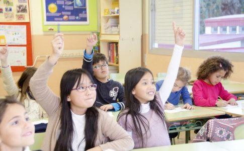 教室で生徒がディベートを行う様子