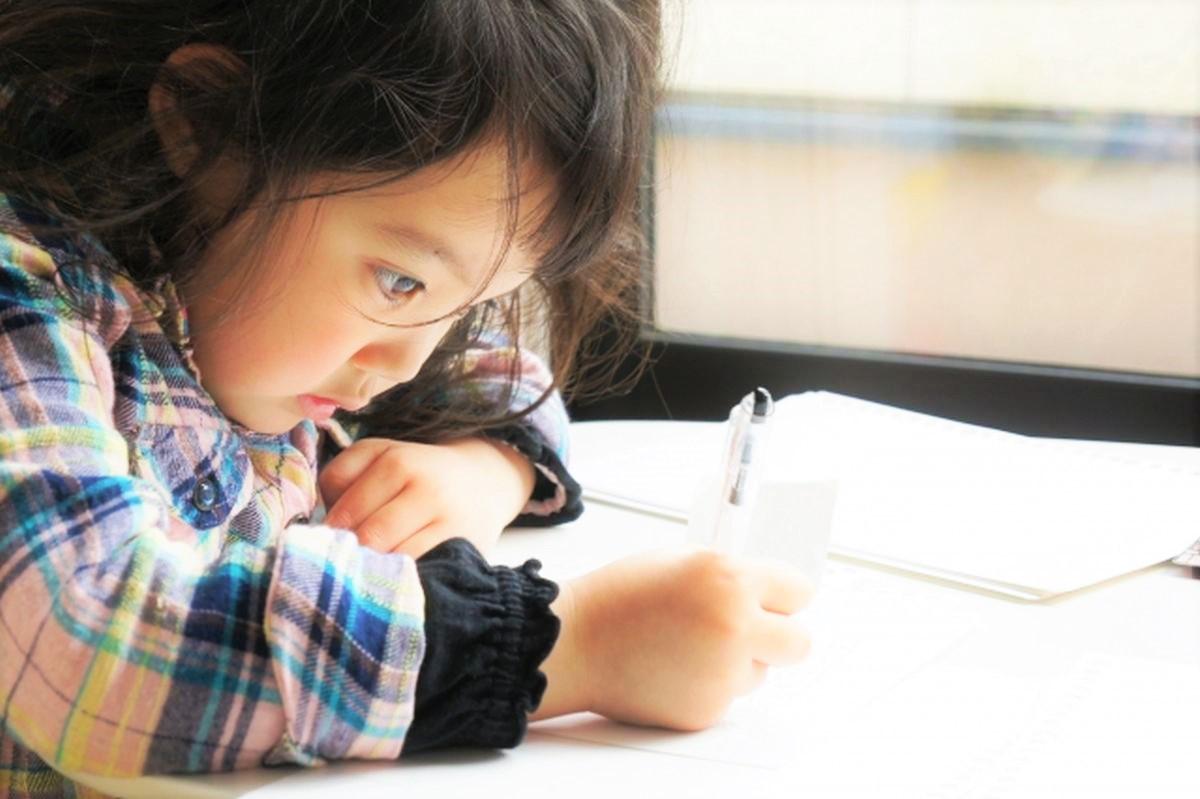 勉強する子供
