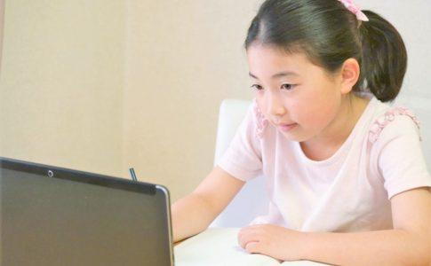 オンライン授業をする子