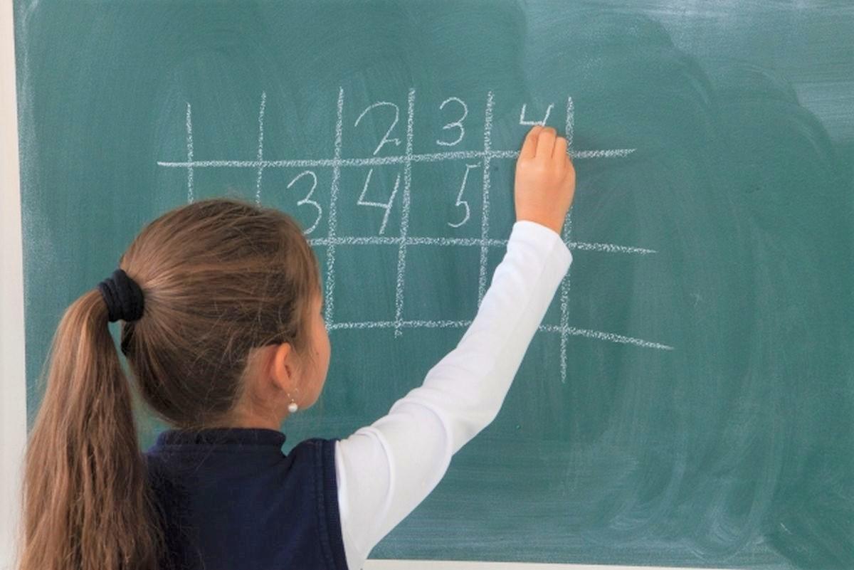 黒板で算数を解く子