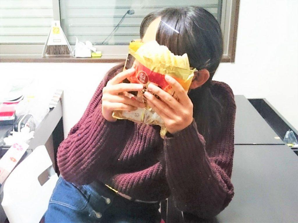 メロンパンを食べる生徒